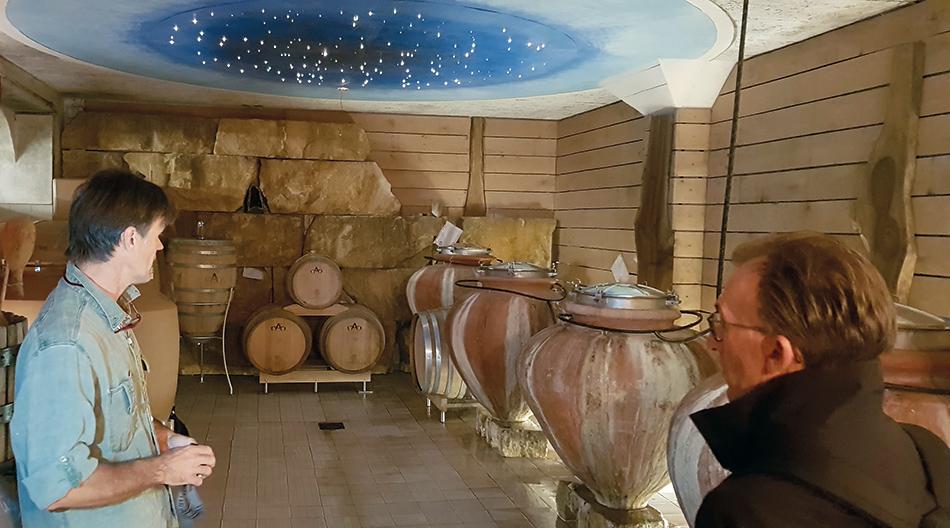 Marc Augustin présente ses jarres de vinification.